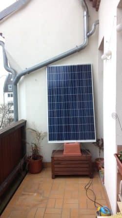 So fing alles an - Jan Bauers erste selbst gebaute Solaranlage für den Balkon. Foto: Privat