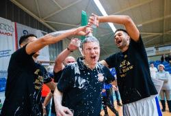 Ferenc Gille (l.) und Benedikt Turudic verpassen Tomas Grepl eine Dusche, als mit den Sixers Sandersdorf der Aufstieg aus der Regionalliga in die ProB gelang. Foto: Hartmut Bösener