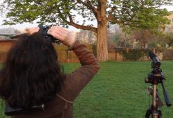 Vogelstimmen-Exkursion mit Feldstecher. Foto: erleb-bar