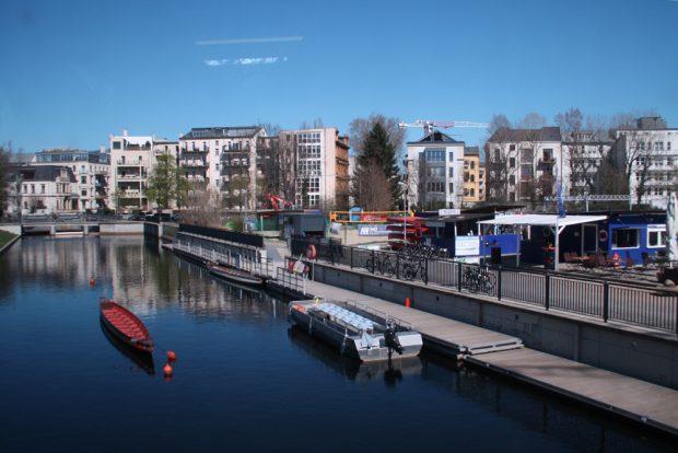 Blick über Außenmole und geplantes Hafengelände. Foto: Ralf Julke