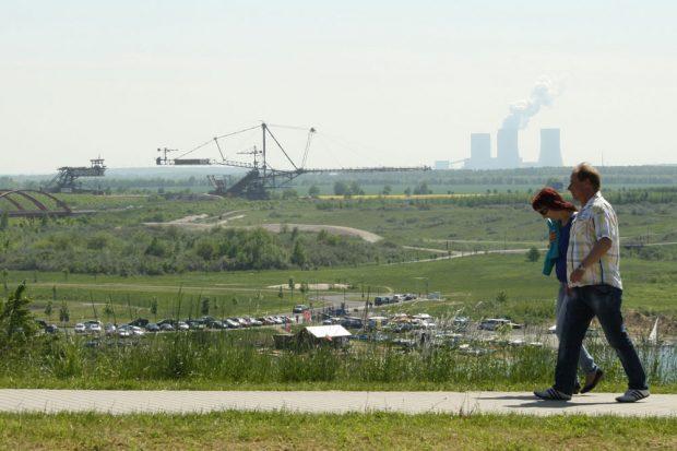 Blick zum Bergbautechnikpark und zum Kohlekraftwerk Lippendorf. Foto: Ralf Julke