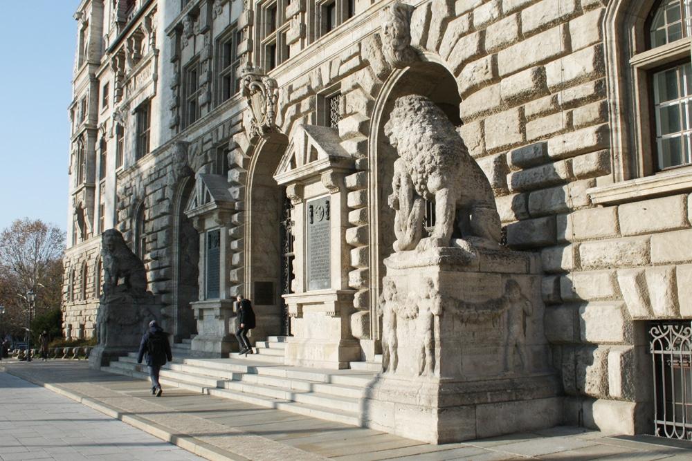 Eingang zum Neuen Rathaus: Wer geht hier alles aus und ein? Foto: Ralf Julke