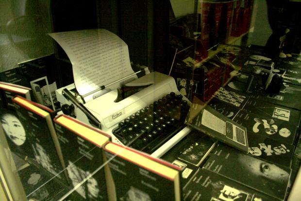 Die Spektrum-Buchentwürfe von Lothar Reher und seine Schreibmaschine Erika. Foto: Ralf Julke