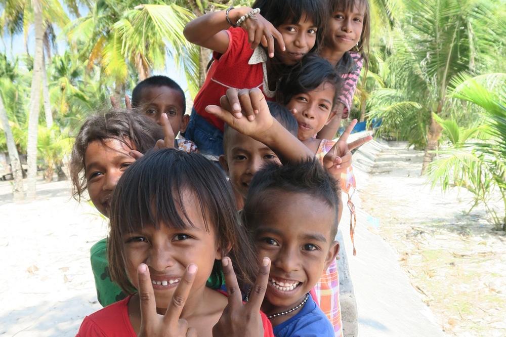 Menschen aus Neuguinea und den nahegelegenen Inseln, wie diese Kinder von der Insel Kei, tragen Belege für eine Abstammung von mehr als einer Gruppe von Denisovanern in ihrem Erbgut. Foto: Isabella Apriyana