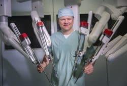 Prof. Jens-Uwe-Stolzenburg, Direktor der Klinik und Poliklinik für Urologie, arbeitet bereits seit 2011 mit dem Operationsroboter und führte nun auch die erste Anwendung mit dem neuen Gerät durch. Foto: Stefan Straube / UKL