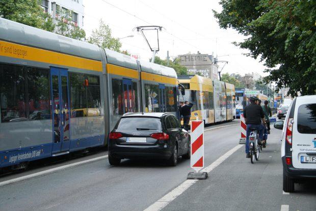 Straßenbahnstau in Connewitz. Foto: Ralf Julke