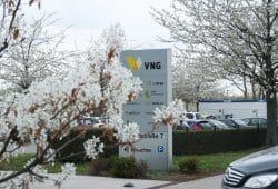 Neues VNG-Logo an der Einfahrt zur VNG-Zentrale. Foto: Ralf Julke