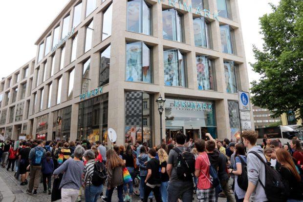"""Für die Billigmode-Kette """"Primark"""" fanden die Demonstranten wenig gute Worte. Nach der Ansprache gab e Beifall auch von Umstehenden. Foto: L-IZ.de"""