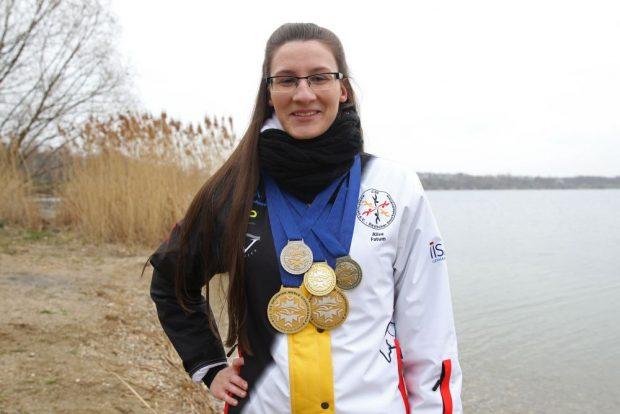 Fünf Medaillen brachte Alisa Fatum aus Murmansk mit. Im Kulkwitzer See hatte sich die Schwimmerin auf die WM vorbereitet. Foto: Jan Kaefer