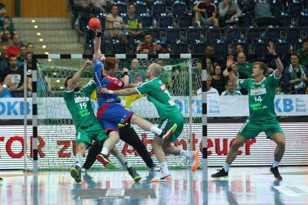 Abwehr-Action: Bastian Roscheck und Maximilian Janke bremsen Nicolai Theilinger aus. Foto: Jan Kaefer