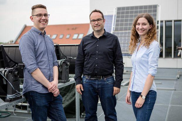 """Haben ein Basismodell des deutschen Energieverbrauchs für das internationale Online-Simulationsprogramm """"Energyplan"""" erstellt: Martin Hafemann, Prof. Jens Schneider und Stefanie Penzel. (v.l.n.r.), Foto: HTWK"""