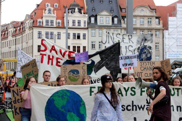 """Am 31. Mai 2019 ging es für rund 200 """"Fridays for Future""""-Teilnehmer durch die Leipziger Innenstadt mit Stopps an Mode- und Fastfood-Ketten. Foto: L-IZ.de"""