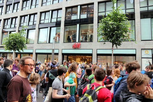 H&M wurde unter anderem angezählt, weil regelmäßig Billigmode unverkauft einfach verbrannt wird. Foto: L-IZ.de