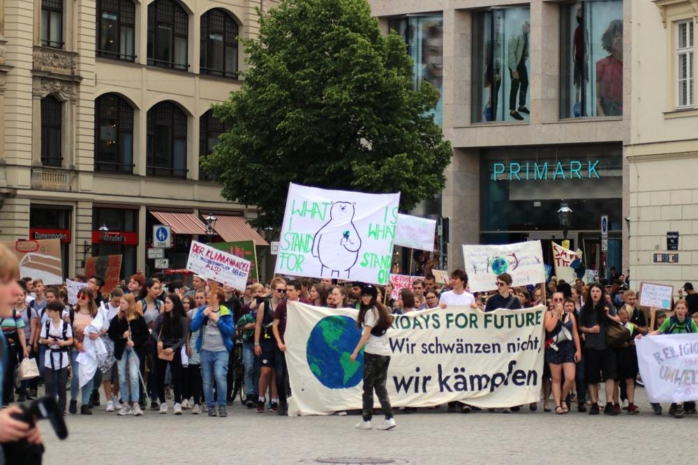 Offenbar nachhaltiger engagiert, als mancher erwartet hatte. Fridays for Future kommen auf dem Wagnerplatz an. Foto: L-IZ.de