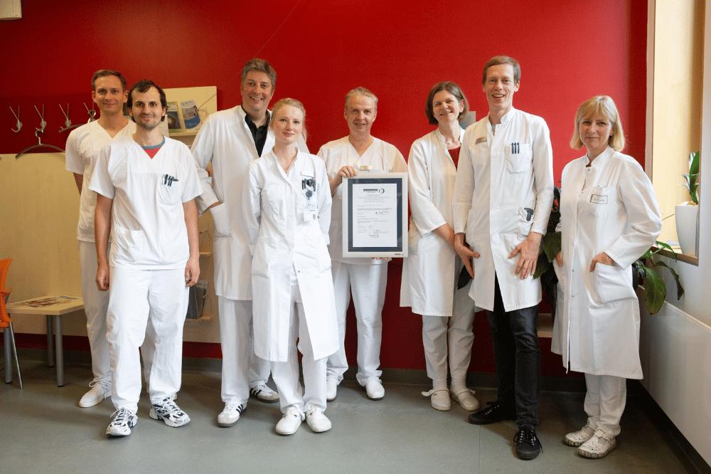 Das Team der UKL-Nephrologie um Prof. Tom Lindner (Mitte) mit dem Zertifikat für das Hypertonie-Zentrum. Foto: Stefan Straube / UKL