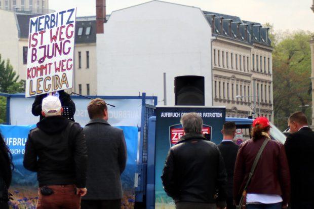 """Das einzige Schild der rechtsradikalen Demonstration war ein Nachhall der """"Legida""""-Forderung """"Jung muss weg"""". Foto: L-IZ.de"""