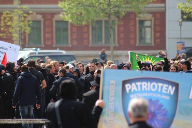 Der Gegenprotest war laut und friedlich auf dem Simsonplatz. Foto: L-IZ.de
