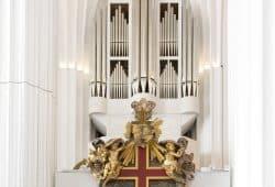 Die Schwalbennestorgel im Paulinum - Aula und Universitätskirche St. Pauli (im Vordergrund: Gedächtnismal Wilhelm von Ryssel). Foto: Universität Leipzig/Marion Wenzel