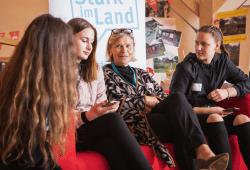 Interview mit Dr. Heike Kahl, Vorsitzende der Geschäftsführung der DKJS durch das Jugendteam Torgau. © dkjs/P. Kuchel