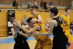 Kampf um den Ball beim Finale der Ceybl-Turniere im März zwischen MBC Rookies (gelb) und Inter Bratislava. Foto: CEYBL