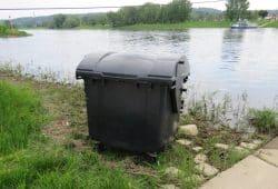 Müllcontainer nahe der Fähre in Coswig. Quelle: Polizei Sachsen