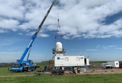 Mobile Messinfrastruktur KITcube: Mithilfe eines Autokrans wird das Niederschlagsradar im Müglitztal/Sachsen installiert. Bild: Andreas Wieser / KIT