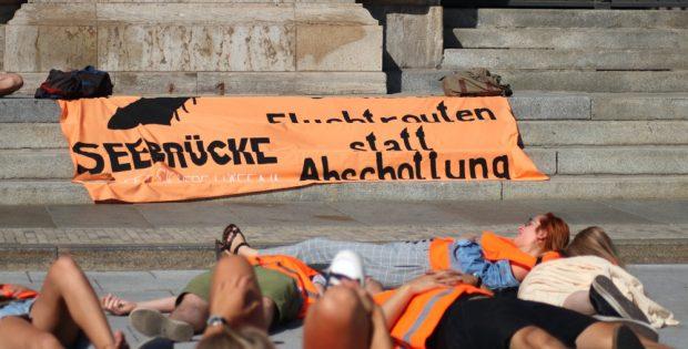 Nach Demos in Leipzig eine Aktion der Seebrücke Leipzig am 19. September 2018 vor dem Rathaus für einen sicheren Hafen. Foto: L-IZ.de