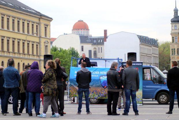 Nur wenige Teilnehmer während bei der Rede von Markus Beisicht vor der Bühne. Foto: L-IZ.de