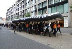 Demonstrierende tragen das Boot durch die Innenstadt. Foto: Lucas Böhme