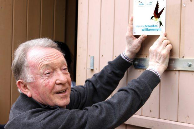 Peter Sodann mit Schwalbenplakette. Foto: Eike von Watzdorf