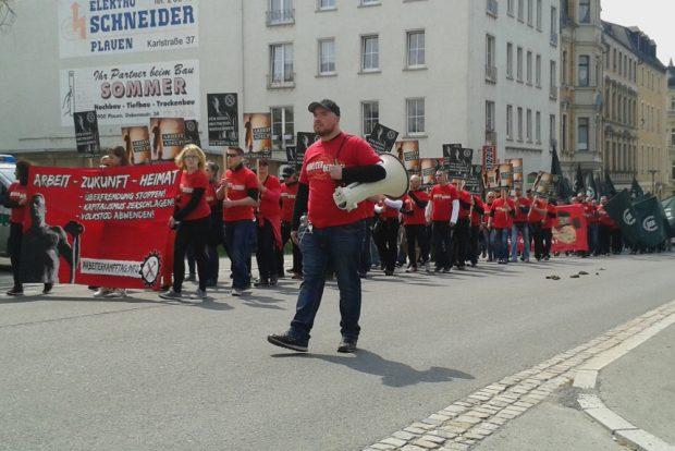 """Vor drei Jahren demonstrierte der """"III. Weg"""" schon einmal am 1. Mai in Plauen – ebenfalls in einheitlicher Kleidung. Foto: René Loch"""