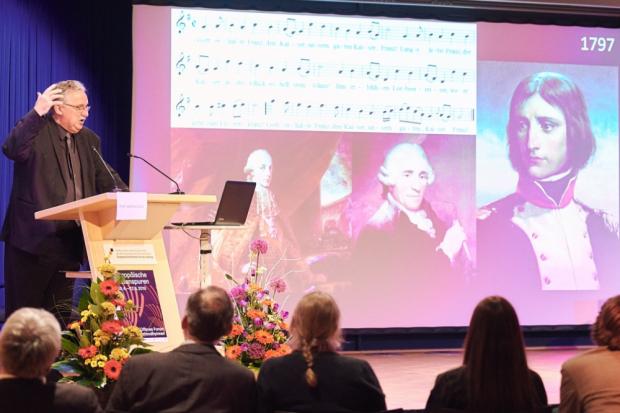 Prof. Helmut Loos entfaltet die Geschichte der deutschen Nationalhymne. Foto: Daniel Reiche