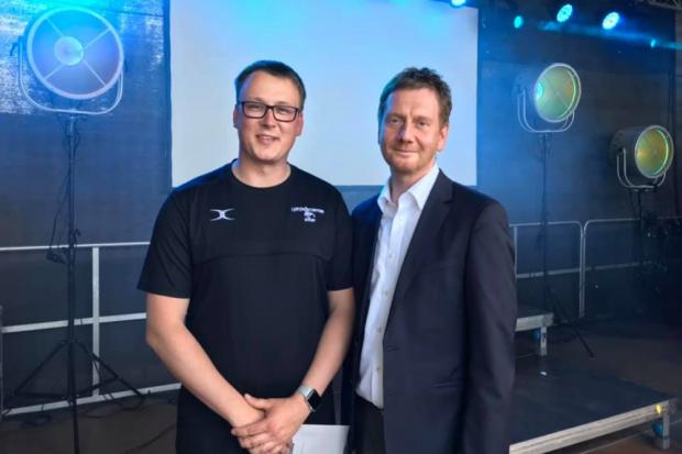 Scorpions-Chef Jens Köhler (links) und Sachsens Ministerpräsident Michael Kretschmer (rechts). Quelle: Jens Köhler