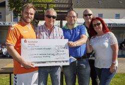 Spendensumme fast verdoppelt: Gleb Gerner (links) freut sich über das Ergebnis des Fußballcups, zufrieden sind auch die Vorstände der TAS AG Sylvia, Christian (rechts) und Jochen Geyer (2.v.l.) und bluechip-Vorstandsvorsitzender Hubert Wolf (3.v.l.). Quelle: MDFC