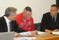 Thomas K. (32, M.) am Donnerstag neben seinen Anwälten Curt-Matthias Engel und Mario Thomas (v.l.). Foto: Lucas Böhme
