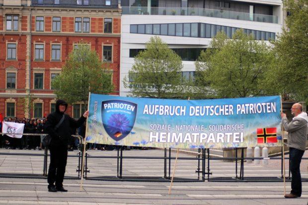 """Vorn die """"nationale, soziale"""" Partei, hinten der Gegenprotest gegen Nazis. Foto: L-IZ.de"""