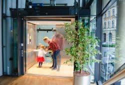 Stellt sich Roland Benoit seine Tochter im Aufzug vor, wird im Gehirn sowohl ihre Repräsentation als auch die des Aufzugs aktiv. Wenn beide verknüpft werden, überträgt sich der positive Wert der Person auf den vorher neutralen Ort. Foto: MPI CBS