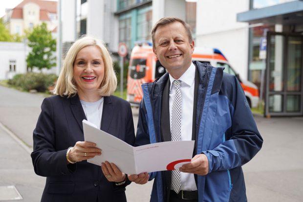 Geschäftsführerin des Klinikums Dr. Iris Minde und Aufsichtsratsvorsitzender Torsten Bonew freuen sich über die zukünftigen Bauvorhaben an Standort Eutritzsch. Foto: Klinikum St. Georg