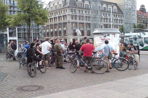 August 2009: Die Polizei versucht die Critical Mass aufzuhalten, der MDR dokumentiert. Foto: ADFC Leipzig