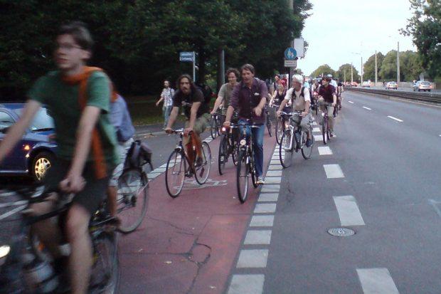 28. August 2009: Die Critical Mass wird mittels Polizei in der Jahnallee auf den Radweg geführt. Spontan werden andere Radfahrende Teil der Bewegung, da sie zufällig Richtung Lindenau fuhren. Foto: ADFC Leipzig