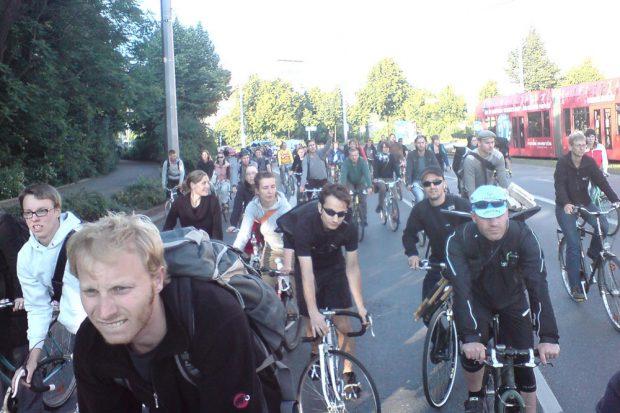 Da war alles noch in Ordnung. Gegen 18:30Uhr befuhr die Critical Mass den Roßplatz. Kurze Zeit später kommt die Polizei. Foto: ADFC Leipzig
