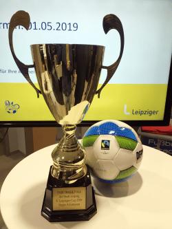 Fair-Trade-Pokal und fair produzierter Ball zum Leipziger Cup 2019. Foto: Grüne Fraktion Leipzig