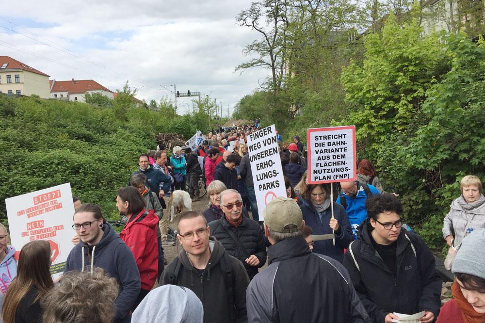 Der Protestspaziergang startete an der Karl-Härting-Straße. Foto: Axel Kalteich