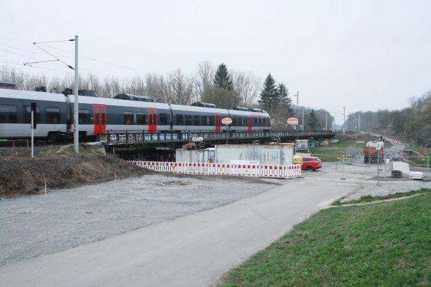 Bauvorbereitende Maßnahmen an der Eisenbahnbrücke über die Neue Luppe. Foto: Ralf Julke