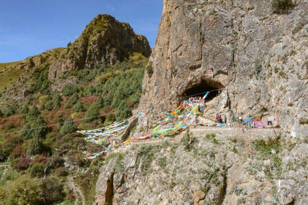 Die Höhle liegt nach Südosten und befindet sich etwa 40 Meter oberhalb des heutigen Jiangla-Flussbettes. Sie ist in der Region als buddhistische Höhle und als beliebte Touristenattraktion bekannt. Foto: Dongju Zhang, Lanzhou University