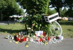 Weißes Fahrrad an der Unfallstelle am Kleinmessegelände. Foto: Ralf Julke