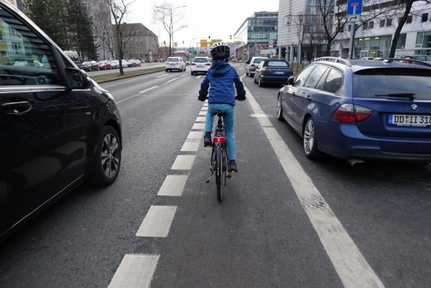 Kind mit Fahrrad auf der St. Petersburger Straße in Dresden. Foto: Gesa Dickert / ADFC