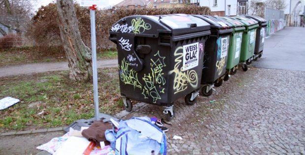 Auch in Leipzig an der Tagesordnung: Müll am Straßenrand. Foto: Ralf Julke