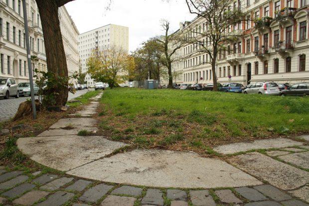 Seit über 60 Jahren gedeckelt: der Pleißemühlgraben in der Lampestraße. Foto: Ralf Julke