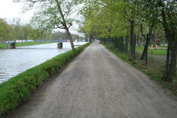 Bis auf den Schotter abgefahren: der Rennbahnweg. Foto: Ralf Julke
